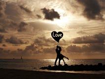 koncepcja plażowa pary rąk miłości Obrazy Royalty Free