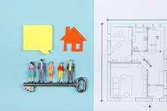 koncepcja real nieruchomości Budowa budynek Puści mowa bąble, ludzie zabawek postaci, papieru modela dom, projekty z Fotografia Royalty Free