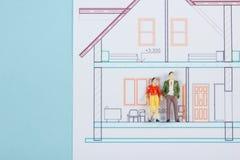 koncepcja real nieruchomości Budowa budynek Puści mowa bąble, ludzie zabawek postaci, papieru modela dom, projekty z Fotografia Stock