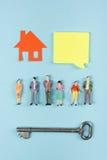 koncepcja real nieruchomości Puści mowa bąble i ludzie zabawek obliczają budowę, buduje Papierowy modela dom z kluczem dalej Obraz Royalty Free