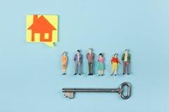 koncepcja real nieruchomości Puści mowa bąble i ludzie zabawek obliczają budowę, buduje Papierowy modela dom z kluczem dalej Obraz Stock