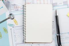 koncepcja real nieruchomości Pusty biały notatnik na architektonicznym biurko stołu projekta tle z kluczem, pióro, mały dom Obraz Stock