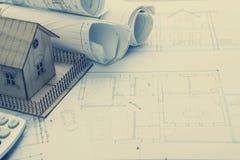 koncepcja real nieruchomości Architekta miejsce pracy Architektoniczny projekt, projekty, projekt rolki i modela dom na planach, Obrazy Royalty Free
