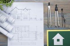 koncepcja real nieruchomości Architektoniczny projekt, projekty, projekt rolki i divider kompas na rocznika drewnianym stole, Obrazy Stock
