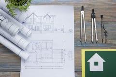 koncepcja real nieruchomości Architektoniczny projekt, projekty, projekt rolki i divider kompas na rocznika drewnianym stole, Zdjęcie Stock