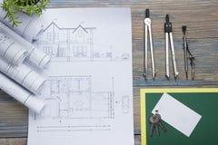 koncepcja real nieruchomości Architektoniczny projekt, projekty, projekt rolki i divider kompas na rocznika drewnianym stole, Obraz Royalty Free