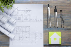 koncepcja real nieruchomości Architektoniczny projekt, projekty, projekt rolki i divider kompas na rocznika drewnianym stole, Fotografia Stock