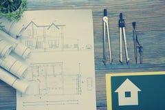 koncepcja real nieruchomości Architektoniczny projekt, projekty, projekt rolki i divider kompas na rocznika drewnianym stole, Zdjęcia Stock