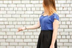 koncepcja uczenia się Dziewczyna jest przy białym ściana z cegieł obraz stock