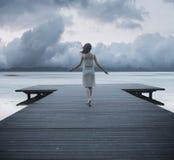 Konceptualna fotografia dama na jetty Fotografia Royalty Free