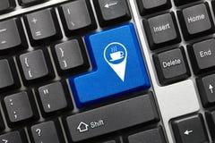 Konceptualna klawiatura - błękita klucz z cukiernianym geolocation symbolem obraz royalty free