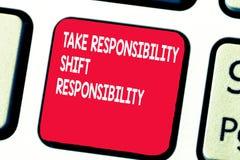 Konceptualna ręka pisze pokazywać Bierze odpowiedzialności Zmianową odpowiedzialność Biznesowy fotografia tekst dorośleć Bierze zdjęcie stock