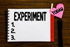 Konceptualna ręka pisze pokazywać eksperyment Biznesowego fotografia teksta Naukowa procedura Robi odkryciu próbnej hipotezie obraz stock