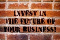 Konceptualna ręka pisze pokazywać Inwestuje W Przyszłości Twój biznes Biznesowy fotografia tekst Robi inwestycjom ulepszać fotografia stock