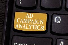 Konceptualna ręka pisze pokazywać kampanii reklamowych analityka Biznesowa fotografia pokazuje monitor kampanie i ich poszczególn obraz stock