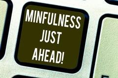 Konceptualna ręka pisze pokazywać Mindfulness Właśnie Naprzód Biznesowy fotografia tekst trenuje twój umysł koncentrować na zdjęcia stock