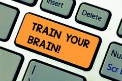 Konceptualna ręka pisze pokazywać pociągowi Twój mózg Biznesowy fotografia tekst ono Kształci dostaje nową wiedzę ulepsza umiejęt obraz stock