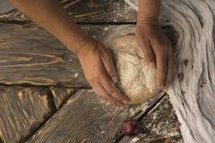 Konceptualna sztuki fotografia stara kobieta wręcza chwyta chleb, spri fotografia stock
