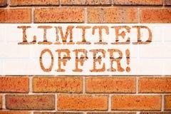 Konceptualna zawiadomienie teksta podpisu inspiracja pokazuje Ograniczającą ofertę Biznesowy pojęcie dla Limitowanej czas sprzeda obrazy royalty free
