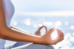Konceptualne joga ręki w ranku świetle słonecznym Obraz Stock