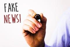 Konceptualnej ręki writing seansu imitaci wiadomości Motywacyjny wezwanie Biznesowego fotografia teksta HoaxMan Fałszywy Niepotwi obrazy stock