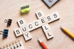 Konceptualni biznesowi słowa kluczowe na stole z elementami gemowy robi crossword Obraz Stock