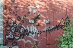 Konceptualni graffiti na żelaznej bramie Obrazy Stock