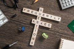 Konceptualni medialni słowa kluczowe na stole z elementami gemowy robi crossword Obrazy Royalty Free