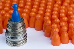 Konceptualni pomarańcze i błękita gry pionkowie Obrazy Royalty Free