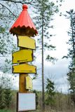 Konceptualni puści znaki żółty kolor w lesie - czerwień dach zdjęcia stock