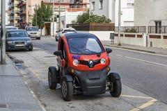 Konceptualny elektryczny samochód parkujący na miasto ulicie Obrazy Stock