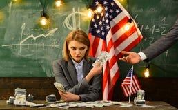 konceptualny gospodarki finanse wizerunku pieniądze wellness Patriotyzm i wolność Dochodu planowanie budżeta wzrosta polisa Kobie obraz royalty free