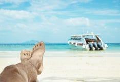 Konceptualny obrazek relaksująca osoba na azjatykciej plaży Zdjęcia Royalty Free