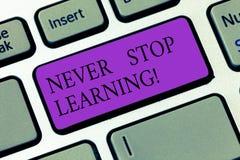 Konceptualny ręki writing pokazuje Nigdy Zatrzymuje Uczyć się Biznesowa fotografia pokazuje utrzymanie ono kształci Ulepsza umiej zdjęcie stock