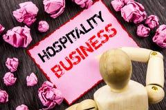 Konceptualny ręka tekst pokazuje gościnność biznes Pojęcia znaczenia przemysłu turystyki Biznesowa reklama pisać na Kleistej nota fotografia stock