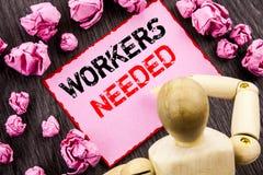 Konceptualny ręka tekst pokazuje pracowników Potrzebujących Pojęcia znaczenia rewizja Dla kariera zasobów pracowników bezrobocia  Zdjęcie Stock