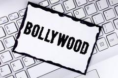 Konceptualny ręki writing pokazuje Bollywood Biznesowa fotografia pokazuje Indiańskiego kino źródło pisać na Białym Stic rozrywka obraz stock