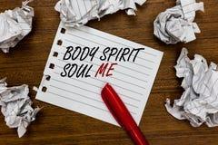 Konceptualny ręki writing pokazuje ciału Spirytusową duszę Ja Biznesowa fotografia pokazuje ogłoszenie towarzyskie terapii świado obraz stock