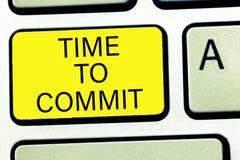 Konceptualny ręki writing pokazuje czas Popełniać Biznesowy fotografia teksta zobowiązanie lub zobowiązanie który ograniczają wol obraz stock