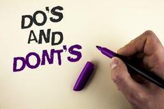 Konceptualny ręki writing pokazuje Do I Don'Ts Biznesowy fotografii pokazywać Co, co możemy robić i no może znać prawego wro Obraz Royalty Free