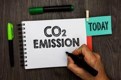 Konceptualny ręki writing pokazuje emisja co2 Biznesowa fotografia pokazuje laszowanie szklarniani gazy w atmosferę nad Tim obrazy royalty free