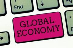 Konceptualny ręki writing pokazuje Globalną gospodarkę Biznesowa fotografia pokazuje system przemysłu i handlu kapitalizm dookoła fotografia royalty free