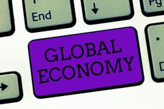 Konceptualny ręki writing pokazuje Globalną gospodarkę Biznesowy fotografia teksta system przemysłu i handlu kapitalizm dookoła ś obrazy stock