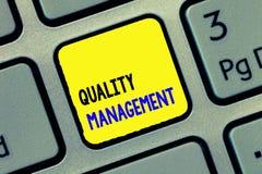 Konceptualny ręki writing pokazuje ilości zarządzanie Biznesowy fotografia tekst Utrzymuje doborowość wysokiego standardu Równego zdjęcia royalty free