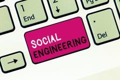 Konceptualny ręki writing pokazuje inżynierię socjalną Biznesowa fotografia pokazuje Psychologicznego manipulacja zysku dostęp obraz royalty free