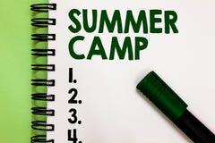 Konceptualny ręki writing pokazuje obóz letniego Biznesowa fotografia pokazuje Doglądającego program dla dzieciaków i nastolatków zdjęcia royalty free