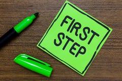 Konceptualny ręki writing pokazuje pierwszego kroka Biznesowa fotografia pokazuje Odnosząc się do początku proces Gr pewny począt obraz stock