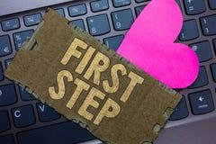Konceptualny ręki writing pokazuje pierwszego kroka Biznesowy fotografia tekst Odnosząc się do początku proces Paperboa pewny poc zdjęcia royalty free