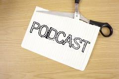 Konceptualny ręki writing pokazuje Podcast Biznesowego fotografia tekst Online medialny przekaz Multimedialna rozrywka Cyfrowa au zdjęcia stock