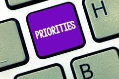 Konceptualny ręki writing pokazuje priorytety Biznesowe fotografia teksta rzeczy które dotyczą jak znacząco naglący niż inny obraz royalty free